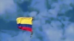 Hãi hùng khoảnh khắc hai binh sĩ Colombia rơi xuống đất khi đu dây trực thăng