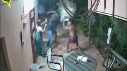 """Ấn Độ: Cặp vợ chồng già tay không đánh đuổi lũ cướp cầm mã tấu chạy """"tóe khói"""""""