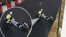 Té ngã sau pha ôm cua, tay đua mô tô bị xe khác tông trúng đầu và cái kết