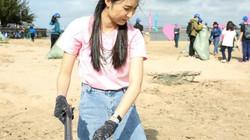 Hot girl Helly Tống rũ bỏ vẻ sang chảnh đi nhặt rác ở bãi biển