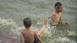 Người Hà Nội đổ xô ra Hồ Tây tắm giải nhiệt, trời bỗng đổ mưa to