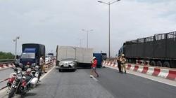 Cầu Thanh Trì kẹt cứng vì xe tải đè bẹp xe con, chắn ngang đường