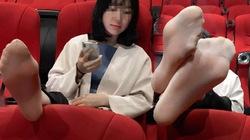 """Vô tư gác chân lên ghế trong rạp phim, gái xinh như hoa nhận đủ """"gạch đá"""""""