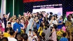Hàng nghìn người dân Cao Bằng đón hoa hậu Lương Thùy Linh ngày thăm quê