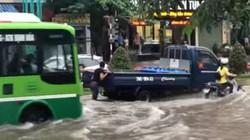 Thái Nguyên: Mưa lớn 1 tiếng, trung tâm thành phố biến thành 'sông'