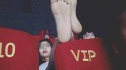 Gái trẻ mặc váy ngắn cũn cỡn nằm ngả ngớn ở rạp chiếu phim gây bức xúc