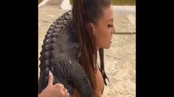 Người mẫu bikini vác cá sấu trên vai, tập thể hình