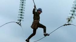Đứng tim cảnh thợ điện làm việc trên độ cao hàng trăm mét