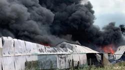 Khói lửa nhấn chìm nhà xưởng ở Sài Gòn, dân tháo chạy trong hoảng loạn