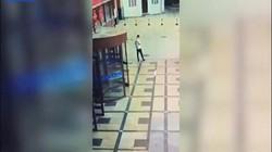 TQ: Rợn người khoảnh khắc bệnh nhân nhảy lầu tự tử rơi trúng người bên dưới