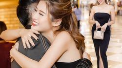 Diện váy xẻ cao, hoa hậu Phan Hoàng Thu ôm chặt Đan Trường tại rạp chiếu phim