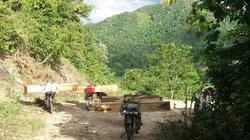 Lâm tặc lũ lượt đưa tiền rồi chở gỗ qua trạm bảo vệ rừng