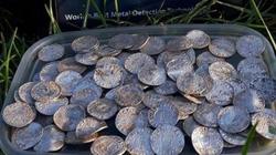Anh: Đào được kho báu chứa gần 2.600 đồng xu cổ trị giá hơn 142 tỷ đồng