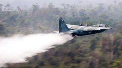 """Xem chiến đấu cơ Hercules của Brazil dội """"bom nước"""" dập cháy rừng Amazon"""