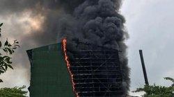 Nhà máy luyện thiếc bùng cháy dữ dội, cột khói cao hàng chục mét