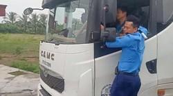 Thanh tra giao thông bám cửa buồng lái, tài xế xe tải vẫn lái vun vút
