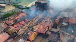 Flycam: Toàn bộ nhà xưởng Cty Rạng Đông bị thiêu rụi, lửa vẫn âm ỉ