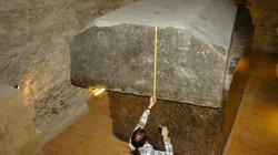 Cho nổ quan tài đá 90 tấn được người Ai Cập cổ tôn thờ, sửng sốt với thứ bên trong