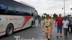 CSGT 'bắt gọn' xe khách 46 chỗ nhồi nhét 87 người về nghỉ lễ