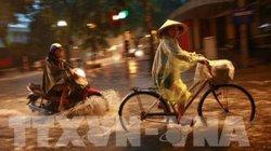 Mưa to như trút, đường phố Hà Nội lại biến thành sông