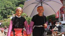 """Hình ảnh tình cảm của đôi vợ chồng già người Mông """"đốn tim"""" giới trẻ"""