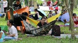 Đi chơi lễ, người dân dựng lều, mắc võng ngủ la liệt trong công viên