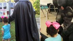 """Mỹ: Bị bạn cùng lớp bắt nạt, bé gái 3 tuổi được mẹ cử hẳn """"Người Dơi"""" đưa đi học"""