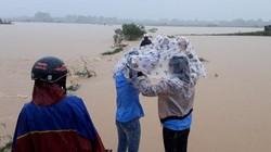 Quảng Trị: Xã bị cô lập, dân lội giữa đồng ngập ngang bụng về nhà