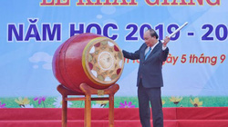 Ảnh: Thủ tướng Nguyễn Xuân Phúc đánh trống khai giảng năm học mới