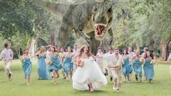 """Đám cưới chơi trội khi có phù dâu là… """"khủng long bạo chúa"""""""