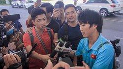 Chùm ảnh: ĐT Việt Nam về nước, Tuấn Anh bị vây kín tại Nội Bài