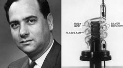 Người đầu tiên trên thế giới tạo ra tia laser là ai?
