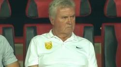 HLV Guus Hiddink thất thần, bất lực trước 2 cầu thủ U22 Việt Nam