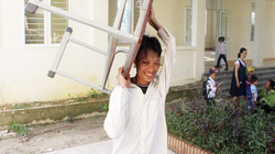 Phụ huynh, học sinh cùng thầy cô dọn trường kịp khai giảng sau lũ