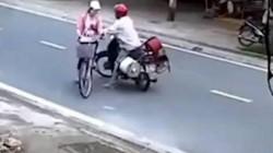 CLIP: Gã biến thái chặn thiếu nữ đi xe đạp rồi thò tay sàm sỡ