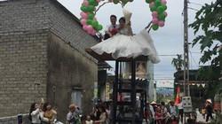 Chú rể Nghệ An hào hứng rước dâu bằng xe nâng cực ngầu
