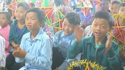 Lội bộ trong mưa gió mang Trung thu về với học sinh nghèo Pa Cheo