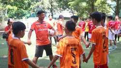Trẻ khuyết tật hào hứng tranh bóng cùng tình nguyện viên Nhật Bản