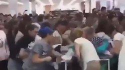 Video: Cửa hàng giảm giá rẻ như cho, khách tràn vào giành nhau hỗn loạn