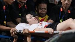 Pháo sáng đỏ rực sân Hàng Đẫy, 1 CĐV nữ nhập viện cấp cứu