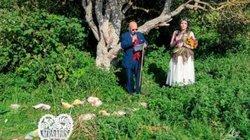 Cô gái kì lạ kết hôn với một… cái cây