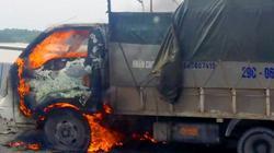 Xe tải bất ngờ bốc cháy khi đang chạy giữa cầu, tài xế thoát chết