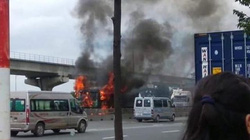 Tài xế nhảy khỏi xe ben bốc cháy cuồn cuộn trên phố Sài Gòn