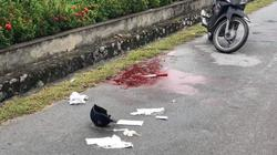Đang đi xe máy trên đường, 1 phụ nữ bất ngờ bị đâm trọng thương