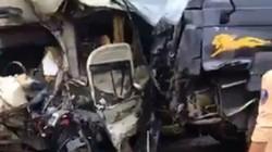 Hai ô tô biến dạng sau cú tông kinh hoàng, nhiều người gặp nạn