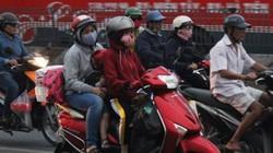 TP.HCM: Sương mù dày đặc, người dân ra đường bịt kín như ninja