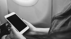 """Điều gì xảy ra nếu bạn không chuyển điện thoại sang """"chế độ máy bay"""" khi đi máy bay?"""