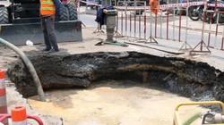 """Sau tiếng nổ, """"hố tử thần"""" xuất hiện trên phố Sài Gòn, người đi đường hốt hoảng"""