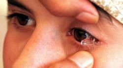 """Kỳ lạ: Người phụ nữ khóc ra 50 viên """"pha lê"""" mỗi ngày"""