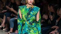 Versace quay lại với họa tiết rừng xanh khiến phụ nữ làm chủ mọi cuộc chơi
